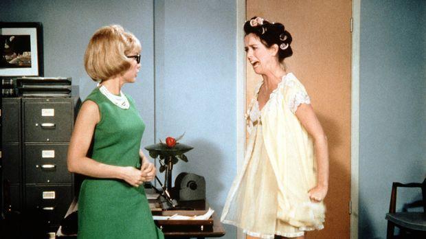 Jeannie (Barbara Eden, l.) versucht mit allen Tricks, Susie (Eileen O'Neill,...