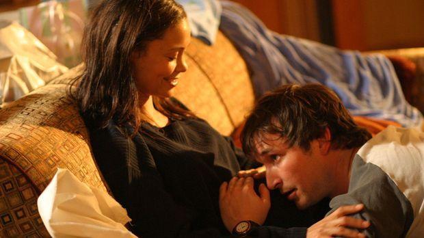 Carter (Noah Wyle, r.) und Kem (Thandie Newton, l.) können die Geburt ihres K...