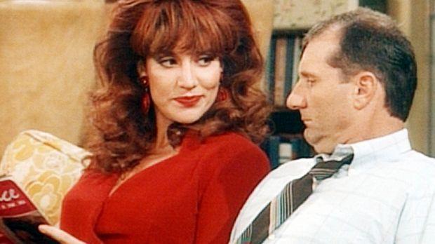 Peggy (Katey Sagal, l.) eröffnet Al (Ed O'Neill, r.), dass er ein Glück verhe...