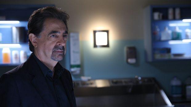 Als eine Frau umgebracht wird, muss das Team um Rossi (Joe Mantegna) alles ge...