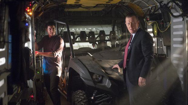 Müssen dem CIA helfen, ein Flugzeug in der Area 51 zu finden: Walter (Elyes G...