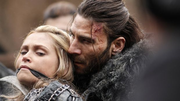 Kann Clarke (Eliza Taylor, l.) den König der Eisnation, Roan (Zach McGowan, r...