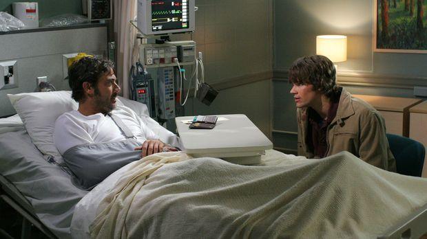 Sam (Jared Padalecki, r.) besucht seinen Vater John (Jeffrey Dean Morgan, l.)...