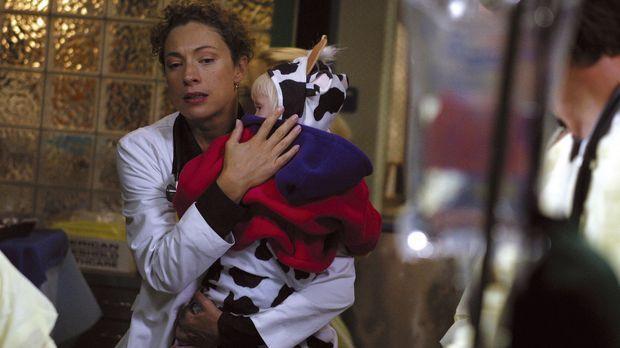 Im Krankenhaus ist die Hölle los: Dr. Corday (Alex Kingston, l.) kommt einfac...