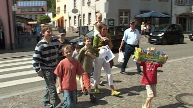 Familie Landwehr hat ein Problem: Sie haben acht Kinder (2 - 14 Jahre) und ba...