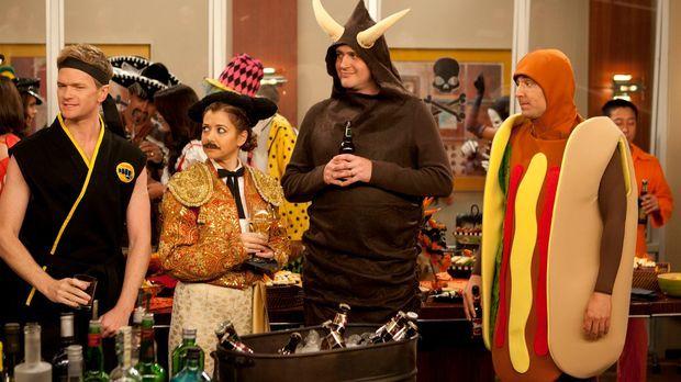 Es ist Halloween: Ted (Josh Radnor, r.), Marshall (Jason Segel, 2.v.r.), Barn...