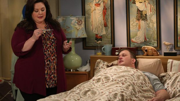 Als Mike (Billy Gardell, r.) an Thanksgiving krank wird, freut sich Molly (Me...