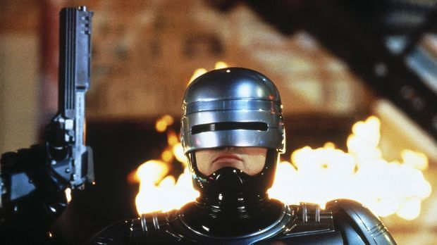 Der RoboCop (Robert John Burke) soll bei der Errichtung einer Zukunftsstadt b...