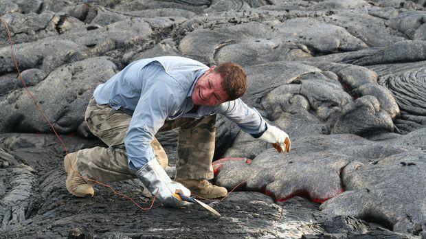 Am aktiven Vulkan Kilauea misst Steve Backshall die Temperatur und begibt sic...