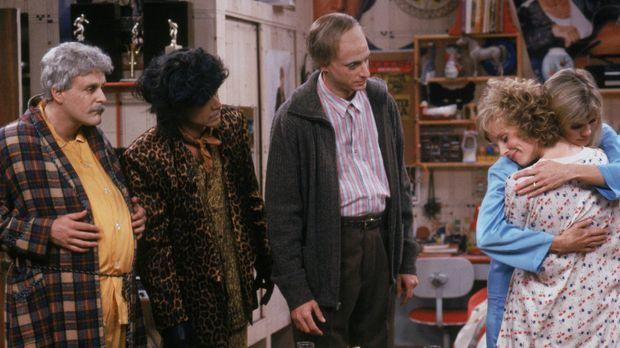 Als die drei Männer eine neue Erziehungsmethode ausprobieren, machen sich Joe...