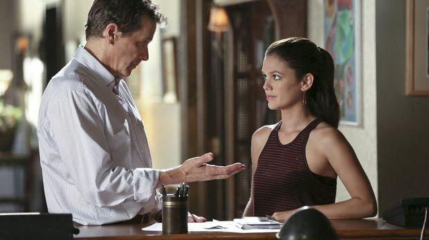 Als Zoe (Rachel Bilson, r.) bemerkt, dass Brick (Tim Matheson, l.) noch schle...