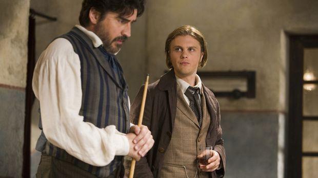 Der Seidenhändler Herve (Michael Pitt, r.) macht Bekanntschaft mit Baldabiou...