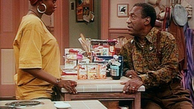 Cousine Pam (Erika Alexander, l.) lässt sich von Cliff (Bill Cosby, r.) davon...
