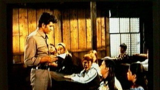 Little Joe (Michael Landon, l.) ist als Vertretung für die Lehrerin Abby eing...