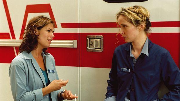 Abby (Maura Tierney, l.) steht der neuen Mitarbeiterin Nicole (Julie Delpy, r...