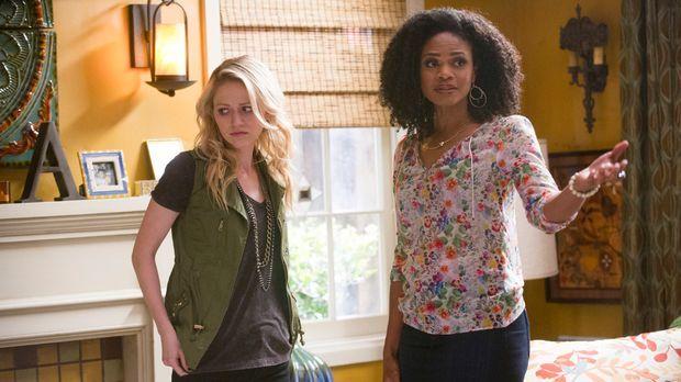 Als Mia (Johanna Braddy, l.) Sloane (Kimberly Elise, r.) die Wahrheit anvertr...