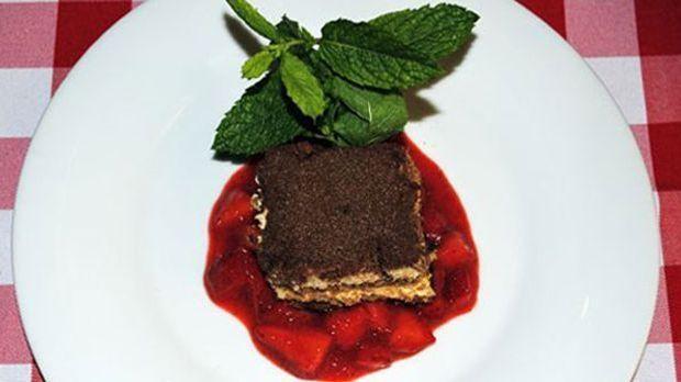 Der Cassis-Likör verleiht dem italienischen Dessert eine säuerlich-frische Note