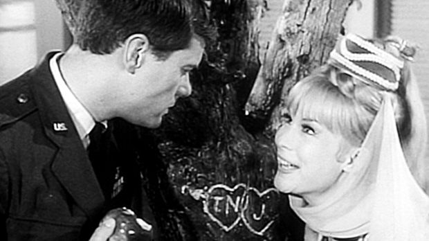 Tony (Larry Hagman, l.) erzählt Jeannie (Barbara Eden, r.) ein Kindheitserleb...