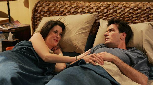 Als Charlie (Charlie Sheen, r.) eines morgens aufwacht, bekommt er einen Schr...