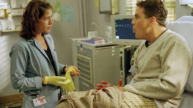 Abby (Maura Tierney, l.) kümmert sich um einen Patienten, der versucht hat, s...