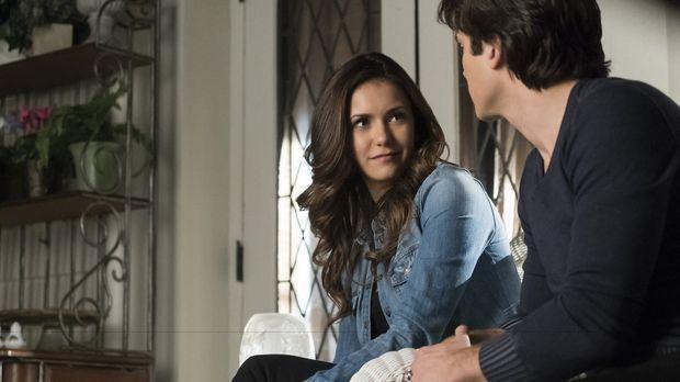 Damon (Ian Somerhalder, r.) quält sich mit dem Gedanken, ob er Elena (Nina Do...