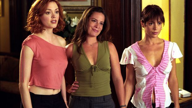 Piper (Holly Marie Combs, M.), Phoebe (Alyssa Milano, r.) und Paige (Rose McG...