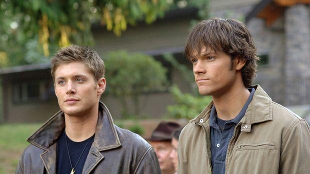 Sam (Jared Padalecki, r.) und Dean Winchester (Jensen Ackles, l.) helfen in I...