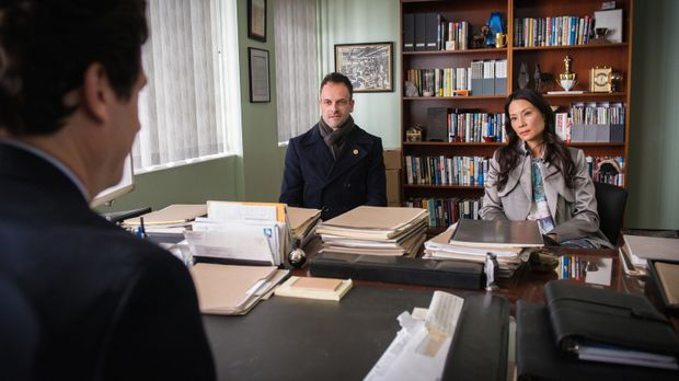Elementary - Als Holmes (Jonny Lee Miller, l.) und Watson (Lucy Liu, r.) selb...