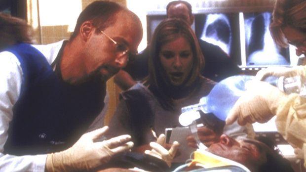 Greene (Anthony Edwards, l.) fordert die Medizinstudentin Lucy (Kellie Marin,...