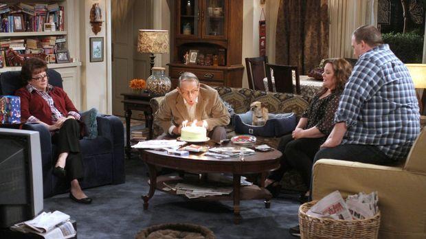 Peggy (Rondi Reed, l.) feiert den Geburtstag von ihrem Freund Dennis (William...