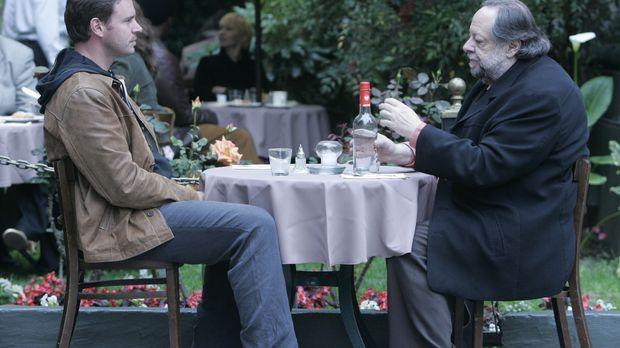 Agent Kern (Ricky Jay, r.) setzt Bob (Scott Foley, l.) mit seinem Wissen über...