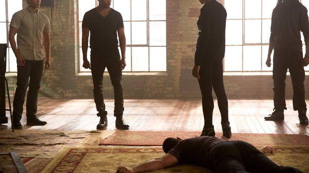 Der Besuch von Aya (Tracy Ifeachor, 2.v.r.) zieht auch Josh (Steven Krueger,...