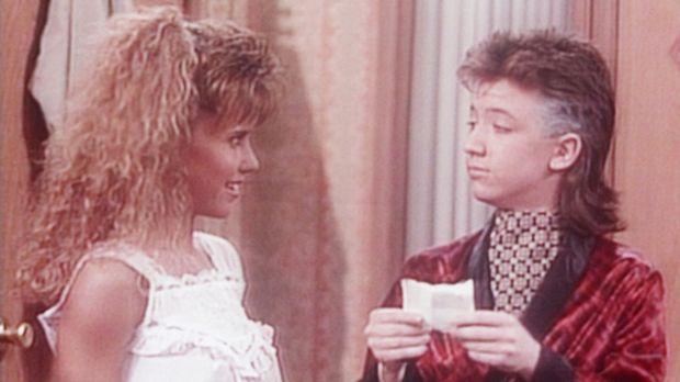 Bud (David Faustino, r.) verrät den Freundinnen seiner Schwester, dass Kelly...