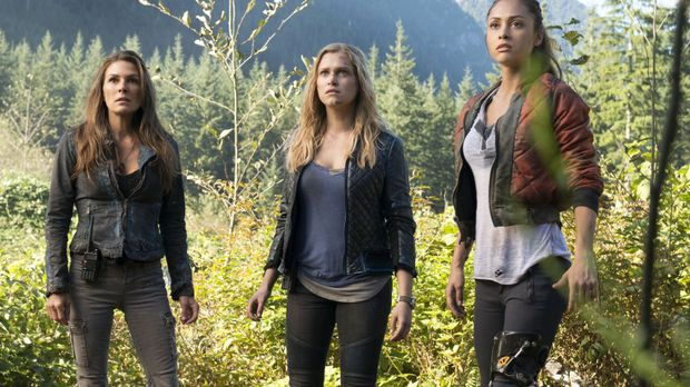 Abi (Paige Turco, l.), Clarke (Eliza Taylor, M.) und Raven (Lindsey Morgan, r...
