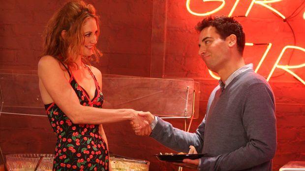 Ted (Josh Radnor, r.) lernt die hübsche Amanda (Elizabeth Bogush, l.) kennen,...