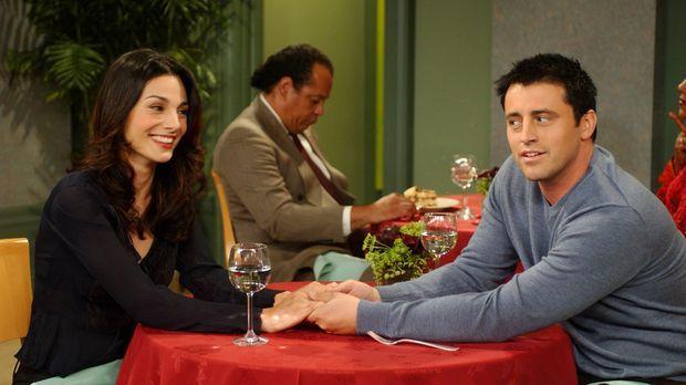 Joey (Matt LeBlanc, r.) plant ein romantisches Abendessen mit Sarah (Annie Pa...