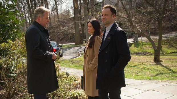 Als zwei Männer ermordet werden, zieht Captain Gregson (Aidan Quinn, l.) Holm...