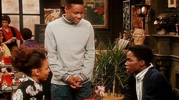In der Studentenkneipe stellt Theo (Malcolm-Jamal Warner, M.) einen Rivalen z...