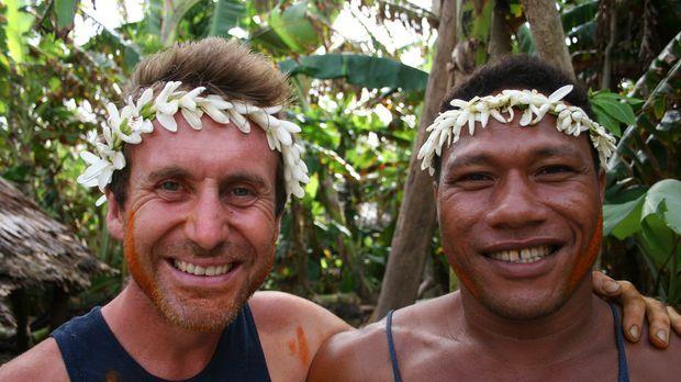 Sein Gastgeber Derek (r.) führt Bruce Parry (l.) in die Kultur der Anutas ein...