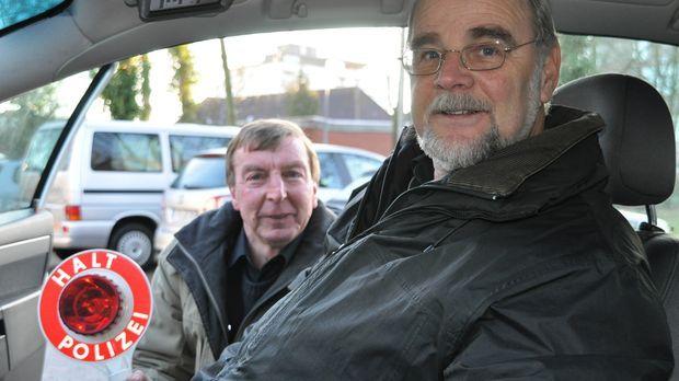 Ingo Jahnke und Johann Schlichtmann von der Polizei in Stade haben alle Hände...