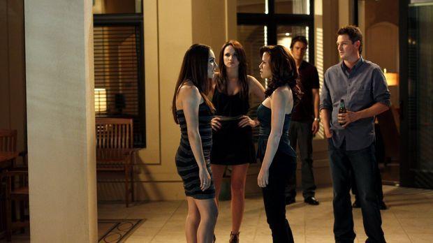 Ein energiegeladenes Dinner wartet auf: Taylor (Lindsey McKeon, l.), Haley (B...