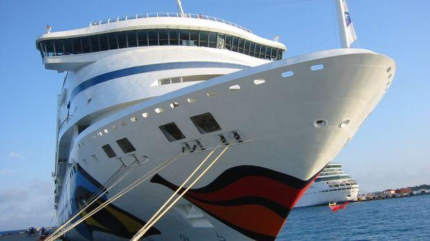 Insgesamt 370 Besatzungs-Mitglieder sorgen auf der AIDAaura für sorgenfreie U...