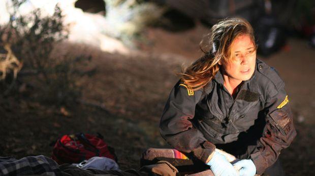 Mit vollem Einsatz versucht Abby (Maura Tierney) die Verletzten zu retten ......