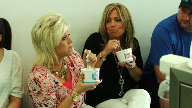 Zusammen mit ihrer Cousine Lisa (2.v.r.) schmiedet Theresa (l.) Pläne für ihr...