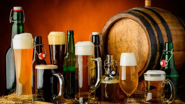 Verschiedene Biersorten in passenden Biergläsern und Bierflaschen