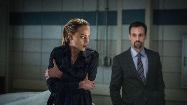 Der Agent Gaspard Alves (Henri Lubatti, r.) macht Chloe (Nora Arnezeder, l.)...