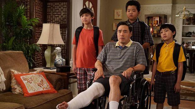 Als Louis (Randall Park, vorne) sich das Bein bricht, muss Jessica in der Arb...
