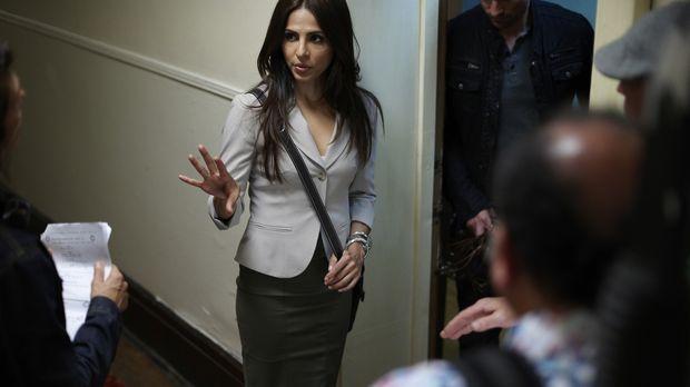 Schafft es Rachel (Azita Ghanizada) noch rechtzeitig, mit dem Team zu der jun...