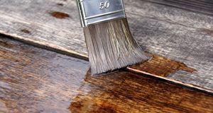 Einen schönen Glanz bekommt das Holz, wenn Sie es nach dem Beizen ölen.