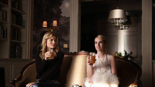 Grace (Skyler Samuels, l.), Chanel (Emma Roberts, r.) und die anderen überleb...